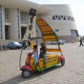 Dominique Zinkpè participou no Festival International de teatro do Benin,  com a intervenção 'awobobo Zinkpè', quatro viaturas gigantes que se passearam na cidade de Cotonou.