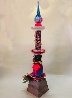 your strong tongue and slender fingers, totem series, 2019, porcelana, vidrado colorido, spray, madeira, plástico, corda, espuma