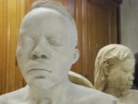 """""""Agora sabemos que o colonialismo está vivo e esperneia"""". A renovação do AfricaMuseum no filme de Matthias De Groof"""