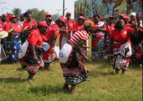 Tinyanga dançando, durante as celebrações do Dia Africano da Medicina Tradicional, em 2009 (foto Paulo Granjo)